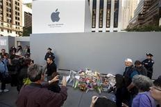Pedestres param para fotografar um memorial improvisado em frente à loja da Apple na 5a Avenida, em Nova York, nesta quinta-feira, 6 de outubro. O co-fundador e ex-presidente-executivo da Apple Steve Jobs morreu na quarta-feira após uma longa batalha pública contra um câncer. REUTERS/Lucas Jackson