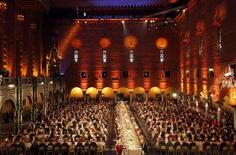 <p>Foto de archivo del banquete del Nobel en el salón principal de la ciudad de Estocolmo, dic 10 2010. El poeta vivo más famoso de Suecia Tomas Transtromer ganó el premio Nobel de Literatura 2011 el jueves, más de 20 años después de que una apoplejía afectó severamente su capacidad de hablar y moverse, pero no la potencia de su escritura. REUTERS/Pawel Kopczynski</p>