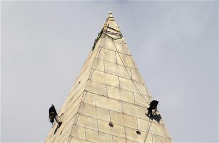 Civil engineers continue their work on the Washington Monument in Washington September 29, 2011. REUTERS/Hyungwon Kang