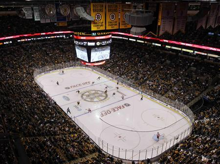 The Boston Bruins 2011 Stanley Cup Championship banner hangs from the rafters during their season opening NHL hockey game against the Philadelphia Flyers in Boston, Massachusetts October 6, 2011.   REUTERS/Brian Snyder