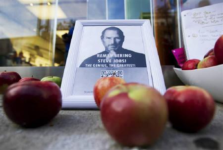 A tribute to Apple Inc., co-founder and former CEO Steve Jobs is left in front of an Apple store in downtown Montreal, October 6, 2011. Jobs died on October 5, 2011 at age 56 of cancer. REUTERS/Christinne Muschi/Files