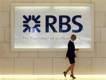 A worker walks in the foyer of a Royal Bank of Scotland office in the City of London August 6, 2010.  REUTERS/Luke MacGregor