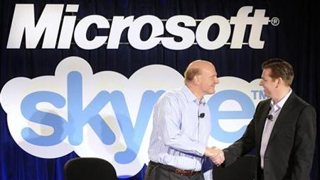 Microsoft Chief Executive Officer (CEO) Steve Ballmer (L) and Skype CEO Tony Bates shake hands at their joint news conference in San Francisco, May 10, 2011. REUTERS/Susana Bates