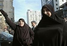 Женщины на акции протеста перед зданием министерства образования в Баку 10 декабря 2010. Азербайджан в пятницу отправил за решетку на длительные сроки обвиненных в терроризме исламистов, которые расценили вердикт как репрессии против набирающей популярность запрещенной партии. REUTERS/Turkhan Karimov