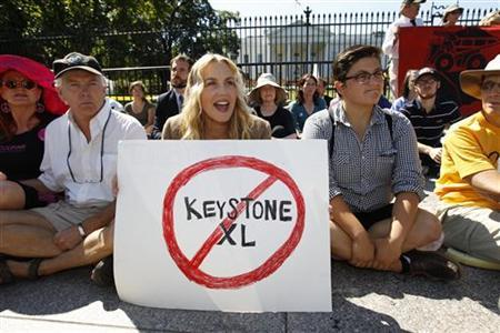 Actress Daryl Hannah protests in front of the White House in Washington against the proposed Keystone XL pipeline August 30, 2011. The pipeline extension would carry tar sands oil from Canada to the Gulf of Mexico.  REUTERS/Kevin Lamarque