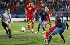 O inglês Young cabeceia para marcar gol contra Montenegro durante o empate que garantiu a classificação dos ingleses para a Eurocopa de 2012.   REUTERS/Darren Staples