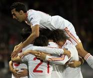 Jogadores da Espanha comemoram gol contra a República Tcheca durante a vitória por 2 x 0 em Praga nesta sexta-feira.   REUTERS/David W Cerny
