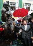 O ator e ex-governador da Califórnia Arnold Schwarzenegger mostra estátua em museu em sua homenagem na Áustria. 07/10/2011.  REUTERS/Heinz-Peter Bader