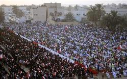 <p>الاف الشيعة في البحرين يشاركون في مسيرة مناهضة للحكومة غربي المنامة يوم 30 سبتمبر ايلول 2011. تصوير: محمد حمد - رويترز</p>