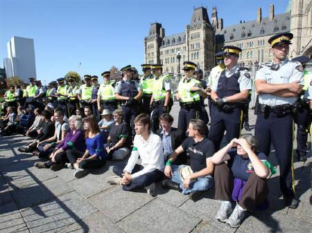 Demonstrators stage a ''sit in'' after crossing a police barricade during a protest against the Keystone XL pipeline on Parliament Hill in Ottawa September 26, 2011.  REUTERS/Patrick Doyle