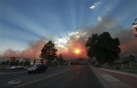 The sun shines through the smoke from the Las Conchas wildfire near the Los Alamos National Laboratory in Los Alamos, New Mexico, June 29, 2011. REUTERS/Eric Draper