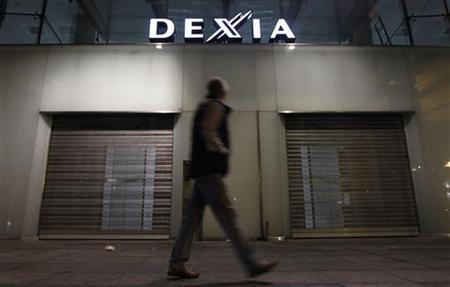 A man walks past the closed entrance of the Belgian-French financial services group Dexia's headquarters in Brussels October 9, 2011.     REUTERS/Francois Lenoir