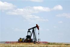 Нефтяная вышка в канадской провинции Альберта, 30 июня 2009 года. Нефть показывает небольшой рост в понедельник благодаря надеждам, что спрос в крупнейшей экономике мира не будет уменьшаться после того, как вышедшая в пятницу статистика смягчила страхи о новой рецессии в США.  REUTERS/Todd Korol