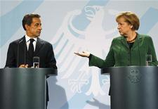 Президент Франции Николя Саркози и канцлер Германии Ангела Меркель на пресс-конференции в Берлине, 9 октября 2011 года. Лидеры Германии и Франции в воскресенье пообещали обнародовать план новых мер решения долгового кризиса еврозоны к концу октября. REUTERS/Fabrizio Bensch