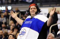 """Фанат """"Виннипег Джетс"""" приветствует команду на арене в Виннипеге, 9 октября 2011 года. Любители хоккея из Виннипега в воскресенье вновь могли наблюдать игру Национальной хоккейной лиги в своем городе: спустя 15 лет на местную арену вернулся """"Виннипег Джетс"""". REUTERS/Todd Korol"""