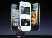 """Глава Apple Тим Кук показывает новый iPhone 4S на презентации в Купертино, Калифорния, 4 октября 2011 года. Американская телекоммуникационная компания AT&T продала более 200.000 новых моделей iPhone за первые 12 часов и сообщила о """"чрезвычайном спросе"""" на гаджет, который был представлен общественности за день до смерти сооснователя Apple Стива Джобса. REUTERS/Robert Galbraith"""
