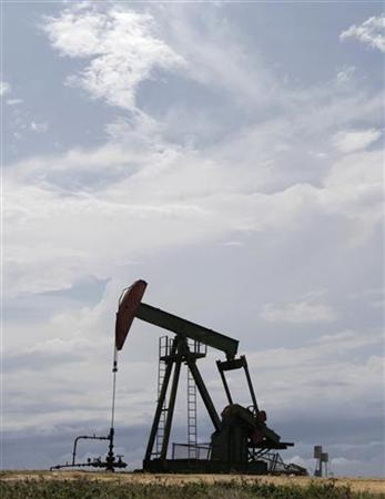 An oil pump is seen on the shore near Santa Cruz del Norte outskirts of Havana June 10, 2011.  REUTERS/Enrique De La Osa