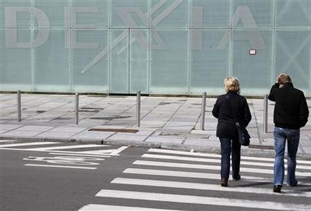 People walk past the logo of Belgian-French financial services group Dexia in Brussels October 10, 2011. REUTERS/Thierry Roge
