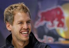Piloto da Red Bull Sebastian Vettel durante evento promocional na galeria Nissan, em Tóquio. Vettel tornou-se o bicampeão de Fórmula 1 mais jovem da história em Suzuka no domingo, mas o chefe da equipe Red Bull, Christian Horner, já identificou duas áreas em que o alemão poderia melhorar na próxima temporada. 10/10/2011    REUTERS/Yuriko Nakao