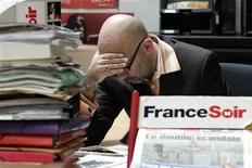 <p>Le quotidien populaire France Soir, placé sous procédure de sauvegarde, va passer au tout-numérique, abandonnant ainsi son édition papier et donnant lieu à 89 suppressions de poste, a-t-on appris lundi de sources syndicales. /Photo d'archives/REUTERS/Benoît Tessier</p>