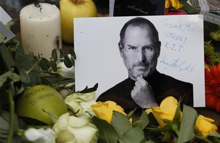 Tributes to the late Steve Jobs are left outside the Apple Store in London October 6, 2011. REUTERS/Suzanne Plunkett