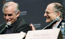 """Лауреаты Нобелевской премии по экономике 2011 года Томас Сарджент (справа) и Кристофер Симс на пресс-конференции в Принстоне, 10 октября 2011 года. Американские экономисты Томас Сарджент и Кристофер Симс получили Нобелевскую премию по экономике 2011 года за """"практическое исследование причин и следствий в макроэкономике"""". REUTERS/Tim Shaffer"""