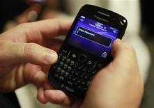Мужчина держит смартфон Blackberry в Нью-Йорке, 27 сентября 2011 года.  Компании Research in Motion удалось наладить работу сервисов BlackBerry в Европе, Африке и на Ближнем Востоке спустя 20 часов после того, как первые пользователи в этих регионах, а также Индии сообщили о сбое в функционировании электронной почты и BlackBerry Messenger. REUTERS/Shannon Stapleton