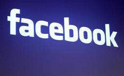 Логотип Facebook в штаб-квартире компании в Пало-Альто, 26 мая 2010 года. Facebook выпустила долгожданное приложение для iPad и ввела поддержку сетевых игр на мобильных версиях своего сайта. REUTERS/Robert Galbraith