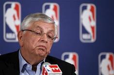 Комиссар НБА Дэвид Стерн во время пресс-конференции в Нью-Йорке, 30 июня 2011 года. Национальная баскетбольная ассоциация (НБА) во второй раз в истории приняла решение отменить первые две недели регулярного чемпионата из-за спора об оплате труда, сообщил комиссар НБА Дэвид Стерн. REUTERS/Lucas Jackson