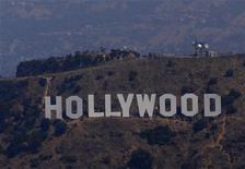 В предстоящий рождественский сезон Голливуд сделает ставку на новую технологию UltraViolet, позволяющую однажды купив фильм смотреть его где угодно и на самых разнообразных устройствах. 17 июля 2011 г. REUTERS/Eric Thayer