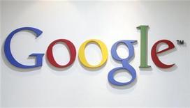 <p>Foto de archivo del logo de Google en sus oficinas de Seúl, mayo 3 2011. Una economía que se desploma y las dudas sobre la estrategia para teléfonos inteligentes están entre las preocupaciones de los inversores que el presidente ejecutivo de Google tendrá que responder cuando la compañía presente el jueves sus resultados. REUTERS/Truth Leem/Files</p>