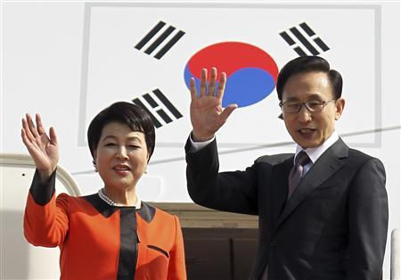 South Korean President Lee Myung-bak (R) and his wife Kim Yoon-ok wave before they leave for Washington at a military airport in Seongnam, south of Seoul October 11, 2011. Lee left for the U.S. on Tuesday for talks with President Barack Obama during his five-day state visit.  REUTERS/Jin Sung-chul/Yonhap