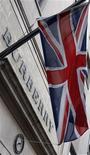Британский флаг около магазина Burberry в Лондоне, 19 ноября 2008 года. Квартальная выручка британского производителя предметов роскоши Burberry превзошла прогнозы благодаря новым магазинам и уверенному спросу в Китае. REUTERS/Suzanne Plunkett