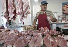 Центральный рынок в Ставрополе, 5 сентября 2010 года. Потребительские цены в России в начале октября так и не возобновили рост - инфляция была нулевой за неделю с 4 по 10 октября, как и с начала месяца, сообщил Росстат в среду. REUTERS/Eduard Korniyenko