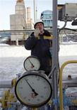 Рабочий проверяет показатели датчиков давления на газовой станции Газпрома под Калугой 26 января 2006 года. Федеральная служба тарифов РФ (ФСТ) считает, что непредсказуемость мировых рынков углеводородов может значительно отодвинуть переход России на равнодоходность экспортных и внутренних цен на газ с прежнего дедлайна - 2015 года. REUTERS/Sergei Karpukhin