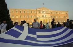 Греция может списать 30-50 процентов долгов по облигациям, находящимся на руках частных инвесторов, в рамках второй программы финансовой помощи, а не 21 процент, который обсуждался ранее, сообщили в среду представители властей еврозоны. 27 сентября 2011 г. REUTERS/John Kolesidis