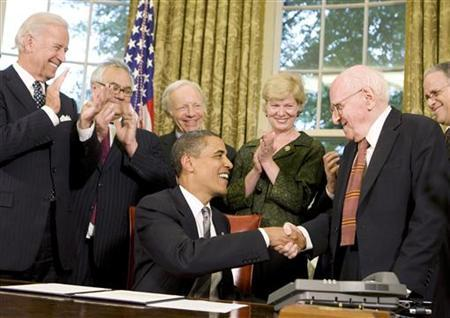 President Obama shakes hands with gay rights activist Frank Kameny after signing a Presidential Memorandum regarding federal benefits and non-discrimination, in the Oval Office, June 17, 2009.REUTERS/Larry Downing