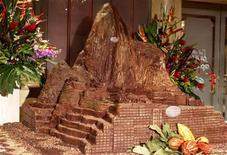 Копия цитадели инков Мачу-Пикчу из шоколада в Лиме 9 июля 2010 года. Шведские ученые, опубликовавшие результаты исследования в Journal of the American College of Cardiology, изучили вкусы более 33.000 женщин и выяснили, что чем больше шоколада они потребляли, тем ниже у них был риск инсульта. REUTERS/Mariana Bazo