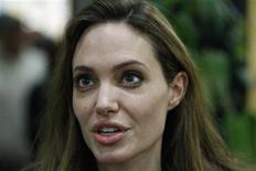 """<p>La actriz y embajadora de buena voluntad de la ONU Angelina Jolie durante una entrevista con Reuters en Misrata, Libia, oct 12 2011. La actriz y embajadora de buena voluntad de la ONU Angelina Jolie alabó el miércoles la """"extraordinaria"""" participación de los libios en su revolución, y expresó su solidaridad con el país mientras trata de convertirse en una nación democrática. REUTERS/Thaier al-Sudani</p>"""