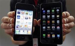 <p>Un iPhone 4 d'Apple (à gauche) et un Samsug Galaxy S II de Samsung. Le groupe sud-coréen va modifier prochainement trois modèles de ses smartphones Galaxy vendus en Europe, après une décision défavorable d'un tribunal néerlandais dans le cadre d'une bataille de brevets l'opposant à Apple. /Photo prise le 25 août 2011/REUTERS/Jo Yong-Hak</p>
