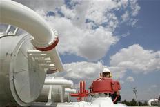 Рабочий проверяет оборудование на газовой станции под Анкарой, 18 июля 2007 года. Иран готов увеличить экспорт газа в Турцию после того, как турецкая компания Botas прекратила сотрудничество с российским Газпромом, сообщил высокопоставленный иранский чиновник новостному агентству Mehr. REUTERS/Umit Bektas