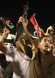 Ливийцы радуются сообщению о задержании сына Муаммара Каддафи Мутассима, 12 октября 2011 года. Мутассим Каддафи, один из сыновей свергнутого диктатора Ливии Муаммара Каддафи, был задержан в среду в Сирте во время попытки покинуть город, сообщил глава Революционного совета Триполи. REUTERS/Suhaib Salem