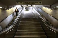 Мужчина спускается по лестнице на станции метро в Афинах, закрытой во время забастовки, 10 октября 2011 года. Протестующие против мер экономии греки попытались саботировать сбор нового непопулярного налога на недвижимость в четверг, транспортный сектор встал из-за массовых забастовок. REUTERS/John Kolesidis