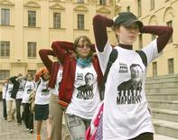 Белорусские студенты изображают задержанных, шагая в ходе акции протеста перед зданием КГБ в Минске 27 августа 2004. Белорусский парламент принял пакет законов, значительно расширяющих полномочия КГБ и ужесточающих наказание за участие в протестах. REUTERS/Vasily Fedosenko