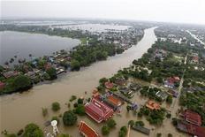 Территория, затопленная в результате наводнения в Таиланде, 12 октября 2011 года. Наводнение в Таиланде, покрывшее треть территории страны, стало причиной остановки ряда заводов по производству автомобилей и электроники, что может нанести ущерб поставкам компаний, сосредоточившим производство в регионе. REUTERS/Sukree Sukplang