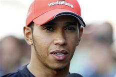 Lewis Hamilton, da McLaren, conversa com jornalistas antes do Grande Prêmio da Coreia. Hamilton movimentou-se nesta quinta-feira para reparar a relação com Felipe Massa, mas deixou claro que não ficará preocupado se o brasileiro quiser continuar com o desentendimento entre os dois pilotos da Fórmula 1. 13/10/2011  REUTERS/Lee Jae-Won