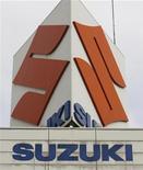 Логотип Suzuki Motor Corp на здании компании в Токио 5 февраля 2009 года. Suzuki Motor Corp направила Volkswagen уведомление о нарушении немецкой компанией условий контракта и потребовала от нее доступа к гибридным технологиям. REUTERS/Yuriko Nakao(JAPAN)