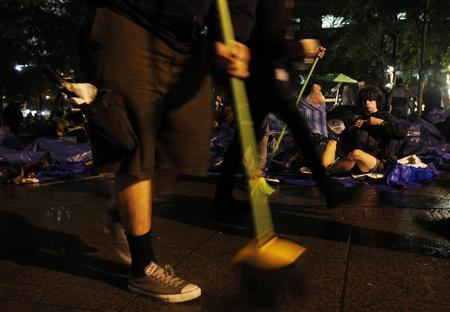 Occupy Wall Street protesters clean New York's Zuccotti Park ahead of an eviction notice issued by New York Mayor Michael Bloomberg October 14, 2011. REUTERS/Jessica Rinaldi