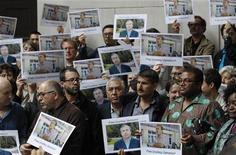 Сотрудники Би-би-си участвуют в акции солидарности с арестованным таджикским коллегой в штаб-квартире корпорации в Лондоне 22 июня 2011. Таджикский суд в пятницу признал виновным в членстве в запрещенной исламской партии и отпустил по амнистии местного репортера британской Би-би-си, за которого вступился Запад. REUTERS/Luke MacGregor