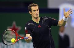 Tenista britânico Andy Murray durante jogo de semifinal contra o japonês Kei Nishikori no Masters de Shanghai. Murray venceu com facilidade neste sábado e vai disputar a final do Masters de Shanghai contra David Ferrer. 15/10/2011 REUTERS/Aly Song